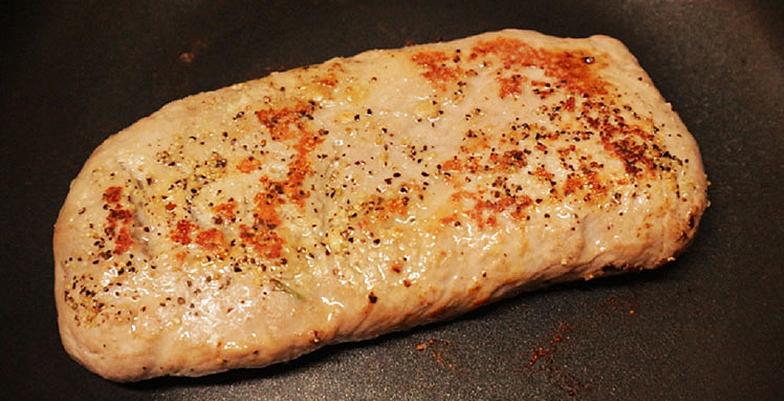 フライパンでラム肉をソテー