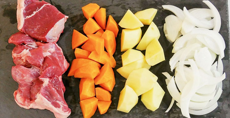 ラム肉、人参、じゃがいもは一口大に切り、玉ねぎは薄めにスライス