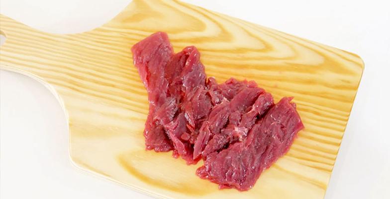 薄くスライスしたモモ肉