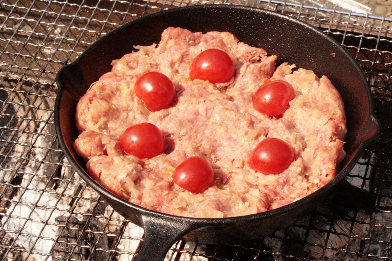 スキレットとミニトマト